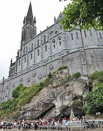 Basilique de l'Immaculée Conception surplombant la Grotte de Massabielle