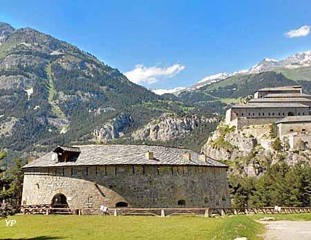 Forts de l'Esseillon : au premier plan, redoute Marie-Thérèse, à l'arrière-plan, fort Victor-Emmanuel