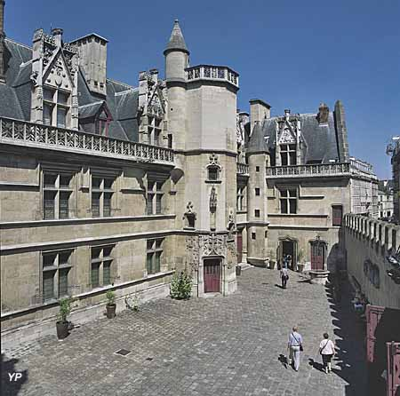 Vue extérieure de l'hôtel de Cluny, la cour (fin du XVe siècle)