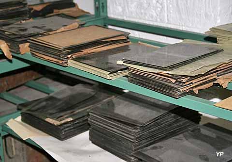 Négatifs sur plaque de verre, Archives photographiques, Fort de Saint-Cyr, 2005