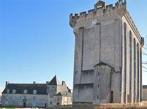 Donjon de Pons - esplanade du château