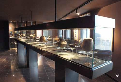 Château-Musée - poteries intactes ( anciennes de 6500 ans)