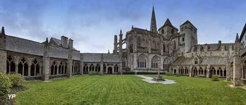 Клуатр кафедрального собора Трегье Tréguier (Трегье), Бретань, Франция