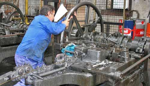 Ouvrier réglant une machine