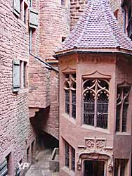Château du Haut-Koenigsbourg - cour intérieure, escalier néogothique