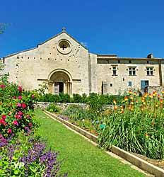 Prieuré de Salagon - façade de l'église et du prieuré (Cécile Brau)
