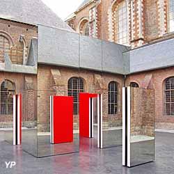 Cloître avec « la cabane aux miroirs » de Danien Buren