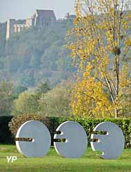Trois disques fendus (Marta Pan), le château de la Madeleine en arrière plan