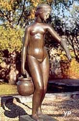 Jardin des bronzes à Coubertin - Jeune fille à la cruche (Joseph Bernard)