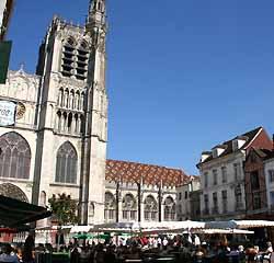 Parvis de la cathédrale Saint-Etienne de Sens