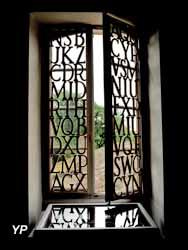 Le cabinet de curiosités littéraires et poétiques : installation de Violaine Laveaux (2009) (Donatien Rousseau, mission photographique du Conseil général du Tarn)