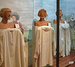 Chemises du Moyen-Âge (Musée de la Chemiserie et de l'Elégance masculine)