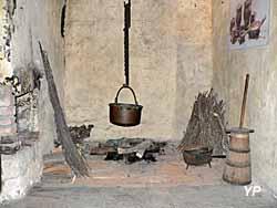 Tour-beffroi et porte haute de la cité, érigée en 1291, réaménagée partiellement en logement lors de la 2e moitié du XVIe siècle