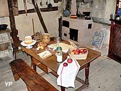 Maison de vigneron, cuisine ancienne avec préparatifs à l'approche de Noël.)
