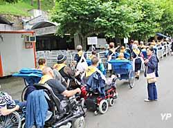 Pélerins attendant le bain dans les piscines d'eau de Lourdes