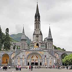 Basilique Notre-Dame-du-Rosaire et au second plan, basilique de l'Immaculée Conception