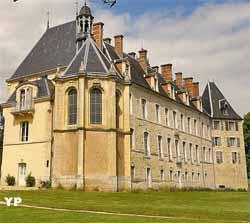 Chapelle et vue arrière du château