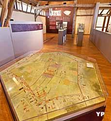 Centre d'interprétation du site archéologique de Gisacum, maquette de la ville qui tient son originalité de son urbanisme unique dans le monde romain et de sa forme hexagonale
