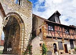 Porte d'en Haut ou Porte Nord et maison à pans de bois (XVIe siècle) (doc. Tourisme Mennetou)