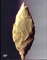 Feuille de laurier (outil) (Musée départemental de Préhistoire)