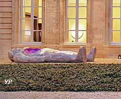 Le gisant, Aluminium, polyurethane paint (Xavier Veilhan)