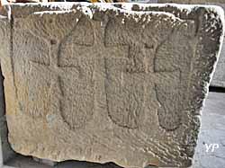 Tête de sarcophage mérovingien avec trois croix et deux colombes