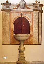 Cuve en pierre des fonts baptismaux et décors de marbre en trompe l'œil
