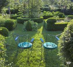 Jardin régulier, chaises