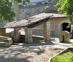 Moulin à huile - entrée du moulin et lavoir