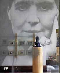 Grande vitre représentant un portrait de Louise Weiss