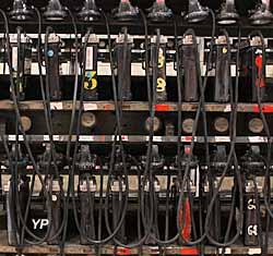 Lampisterie - banc de charge pour les lampes électriques des mineurs