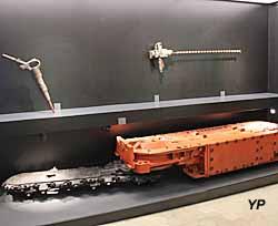 Couloir - outils du mineur (haveuse, marteau piqueur, fleuret)
