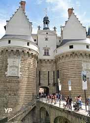Tour du Pied-de-Biche, entrée du château et tour de la Boulangerie