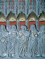 Bas-relief (1528) montrant le Christ entouré des douze Apôtres, ceux-ci tenant un livre ouvert ou fermé,  l'Evangile qu'ils annoncent