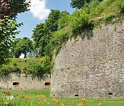 Citadelle de Doullens - rempart en grés (Office de Tourisme du Doullennais)