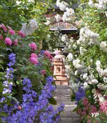 Jardins Secrets - allée des roses vers le jardin des délices