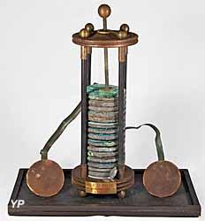 Musée de l'Électricité - une des premières piles électriques (Musée de l'Électricité)