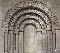Portail de l'église Saint-Pierre à Aulnay-de-Saintonge (17)