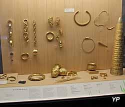Parures et cône en or