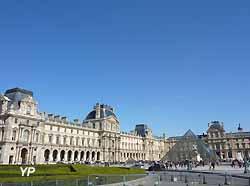 pyramide du Louvre et cour Napoléon (Yalta Production)