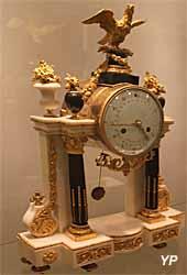 Pendule Louis XVI, marbre blanc et bronze - marque les décades, périodes de 10 jours remplaçant la semaine (Schmit) - Musée Lambinet