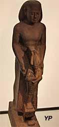 Musée de la Castre - homme présentant une statue du dieu Osiris (Basse époque)