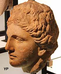 Musée de la Castre - tête féminine de type hellénistique, marbre (époque romaine)