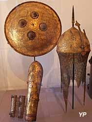 Musée de la Castre - casque (acier damasquiné, turquoises), brassard (acier damasquiné, velours, coton) et bouclier (acier damasquiné, turquoises)
