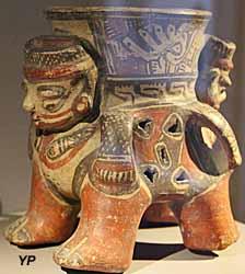 Musée de la Castre - vase tétrapode à grelot (Costa Rica)