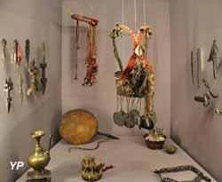 Musée de la Castre - étai de toiture repésentant le dieu Vishnu et statue (Népal)