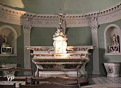 Cathédrale de la Nativité-de-Marie - maître autel en marbre rouge et blanc (1768)
