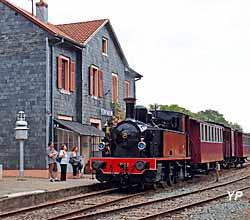 Train Thur Doller Alsace - le train avec la locomotive Meuse en gare de Sentheim