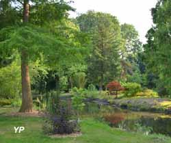 Parc et jardins du château d'Acquigny - jeunes plantations le long de la rivière serpantine et utilisation de la vase curée pour refaire les berges