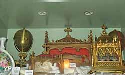 Église Sainte-Croix - vitrine du trésor d'église renfermant près de 21 reliquaires